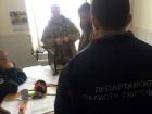Полиция задержала подполковника ГСЧС на взятке: требовал от учебного заведения