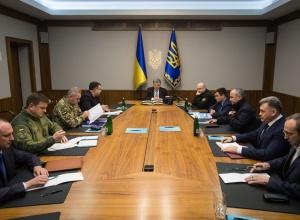 Порошенко созвал Военный кабинет в связи с пересечением границы российскими танками - фото
