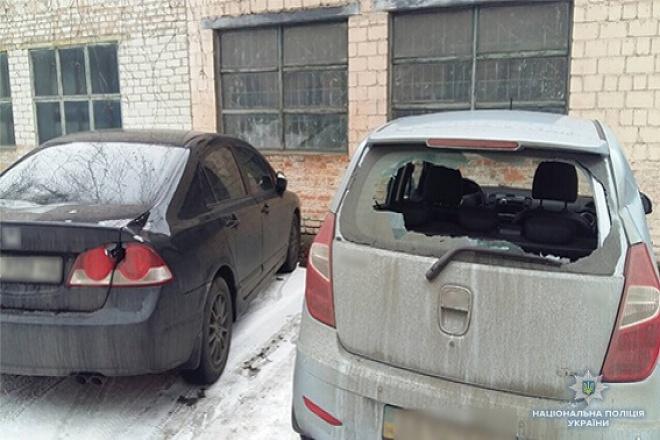Мужчина топором разбил 13 автомобилей под Соломенским судом Киева - фото