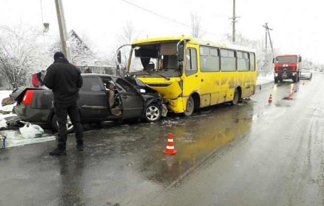 В Мариуполе легковушка на встречной полосе врезалась а автобус: водитель погиб, много травмированных - фото