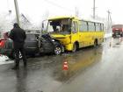 В Мариуполе легковушка на встречной полосе врезалась а автобус: водитель погиб, много травмированных