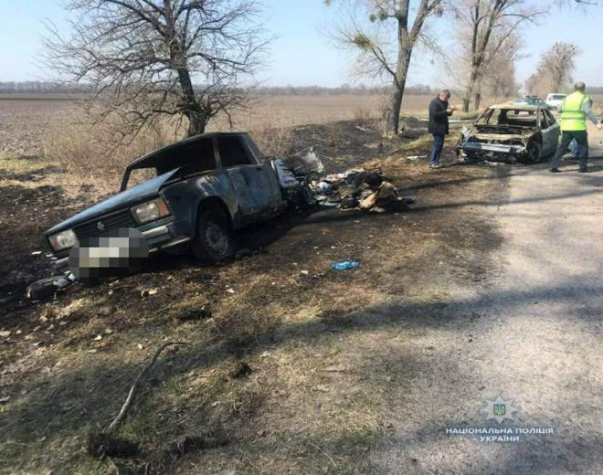 На Киевщине нападавшие забрали деньги для выплаты пенсий, сожгли два автомобиля - фото
