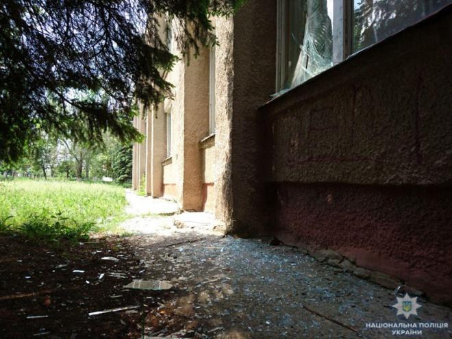 Террористы на Донетчине подвергли обстрелу школу, когда проходил учебный процесс - фото