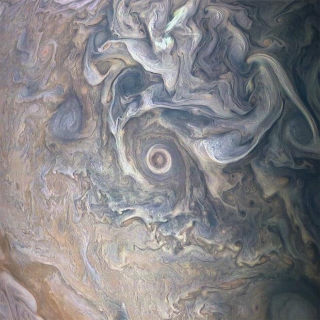 НАСА показала сложные завихрения облаков над Юпитера - фото