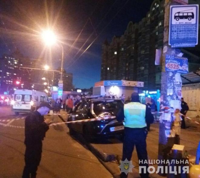 Такси влетело в остановку возле метро Минская, есть пострадавшие - фото