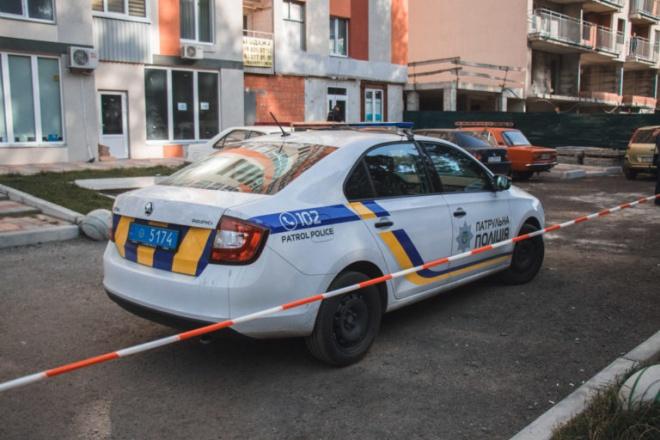 В Киеве куском балкона с многоэтажки убило женщину - фото
