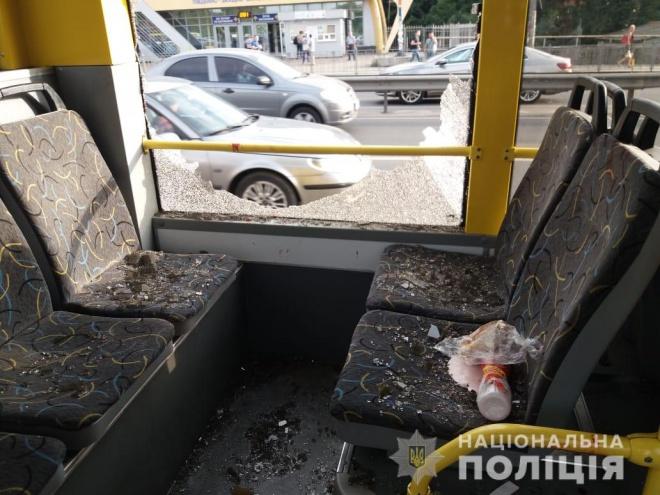 В Киеве мужчина устроил стрельбу в троллейбусе - фото
