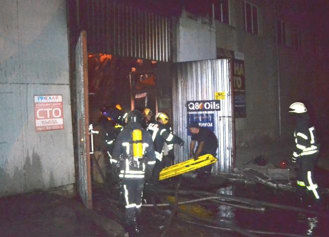 В пожаре на СТО в Одессе пострадали 4 огнеборца - фото