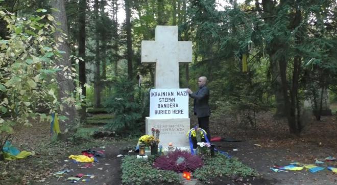 Кремлевский шут Грэм Филлипс осквернил могилу Бандеры - фото