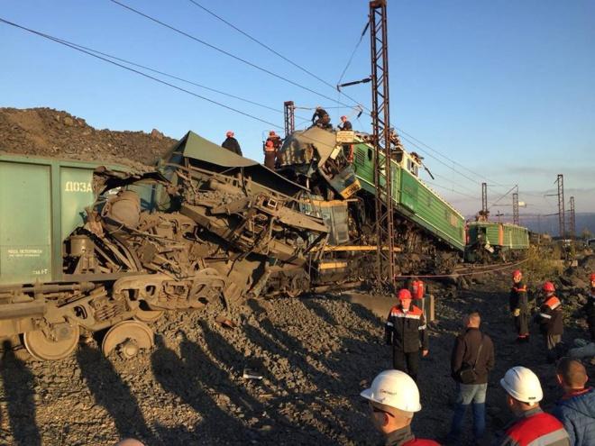 На Днепропетровщине столкнулись электровозы, есть погибшие - фото