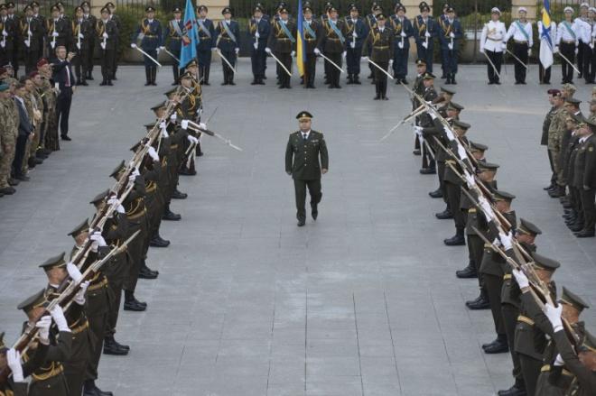 Порошенко уволил министра Полторака с военной службы - фото