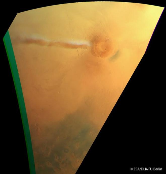 Странное облако наблюдается над мертвым марсианским вулканом - фото