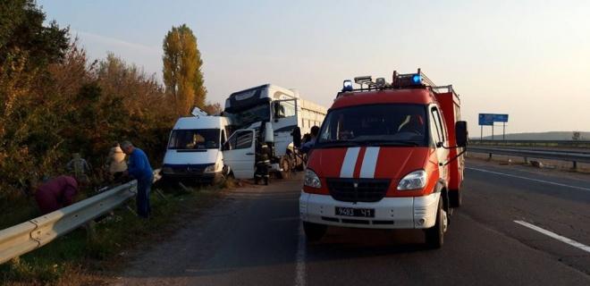 В Черкасской области грузовик протаранил автобус с детьми - фото