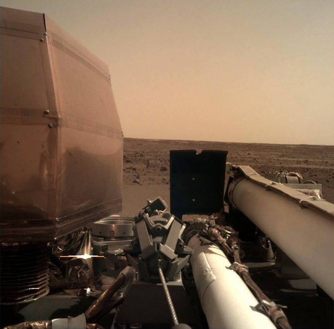 InSight прислав свое первое качественное фото поверхности Марса - фото