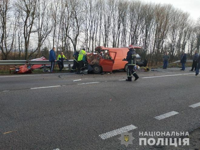 На Ровенщине микроавтобус врезался в бензовоз: трое погибших - фото