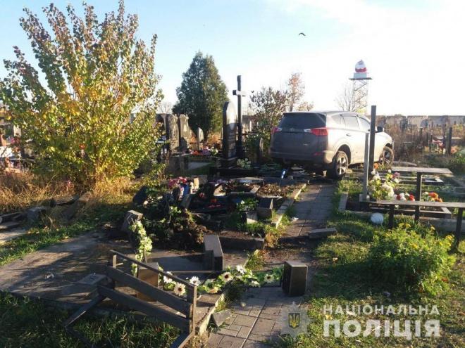 Поп УПЦ МП на внедорожнике прокатился по могилам в Харькове - фото