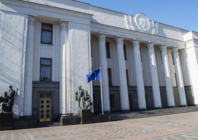 Рада приняла закон о введении военного положения - фото