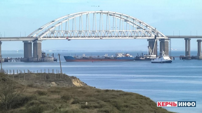 Россия заблокировала проход украинских катеров в Азовское море - фото