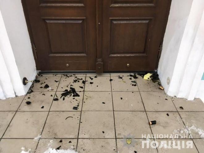 В двери Андреевской церкви бросили коктейли Молотова - фото