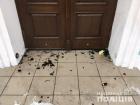В двери Андреевской церкви бросили коктейли Молотова