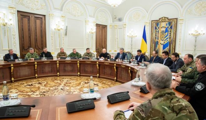 ВР рассмотрит вопрос введения военного положения на внеочередной сессии - фото