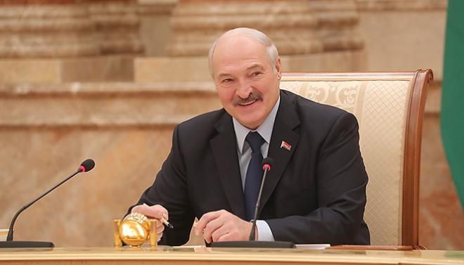 Лукашенко призвал российские СМИ прекратить оговаривать украинцев - фото