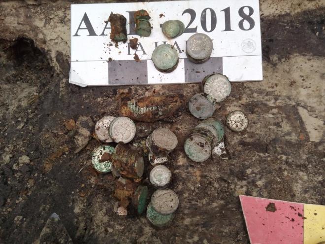 В Киеве нашли клад из серебряных монет - фото