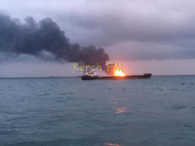 В Керченском проливе в результате взрыва горят два судна, есть погибшие - фото