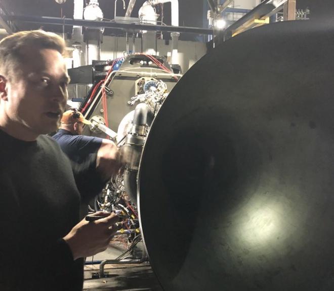 Илон Маск показал первый запуск двигателя для нового космического корабля - фото