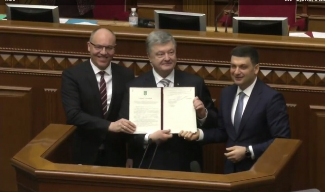 Порошенко подписал изменения в Конституцию относительно курса в ЕС и НАТО - фото