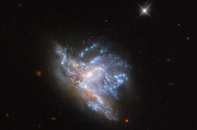 Хаббл показал впечатляющее столкновение двух галактик - фото