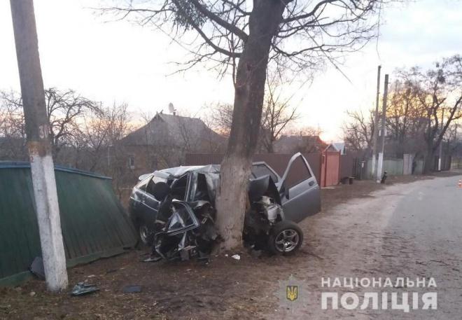 На Киевщине легковушку раздавило о дерево, погибли 5 человек - фото