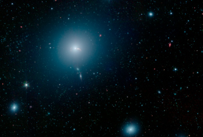Гигантская галактика вокруг «знаменитой» гигантской черной дыры - фото