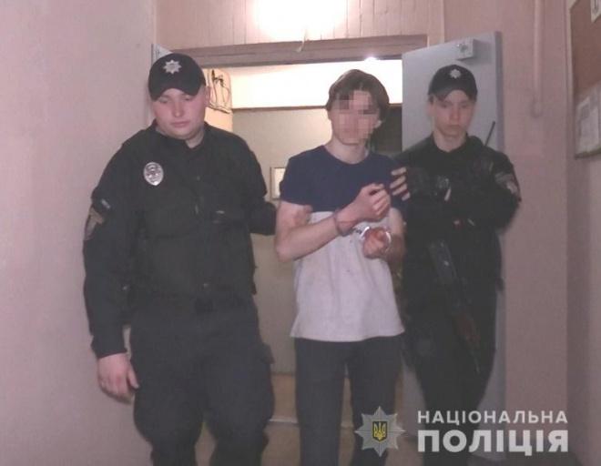 В Киеве подросток ножом чуть не убил на мать и бабушку - фото