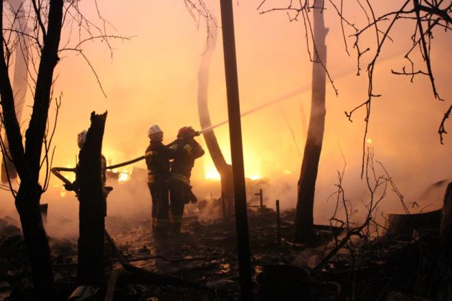 В Киеве произошел масштабный пожар со взрывами в частном секторе - фото