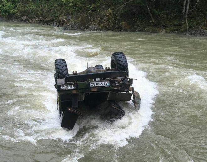 На Прикарпатье авто с туристами вылетело в реку - фото