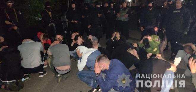 В Виннице полиция штурмовала завод, захваченный рейдерами - фото