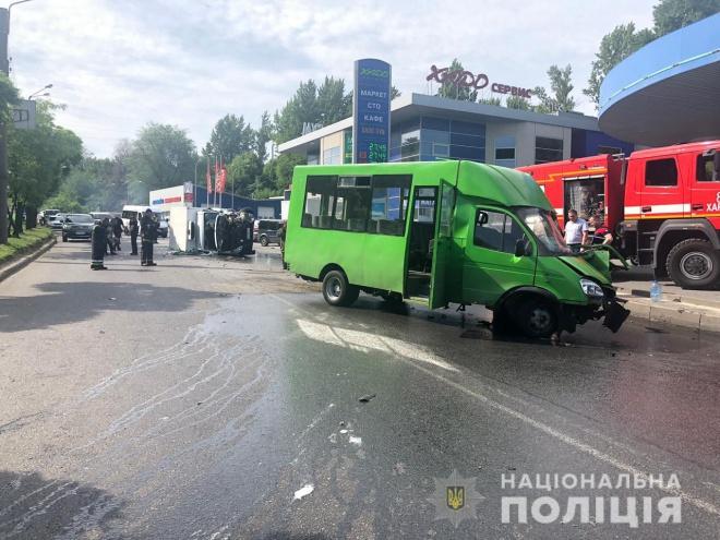Харькове маршрутка столкнулась с грузовиком, 15 человек пострадали - фото