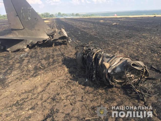 На Харьковщине разбился военный тренировочный самолет - фото