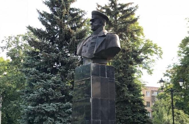 В Харькове снова установили памятник Жукову - фото