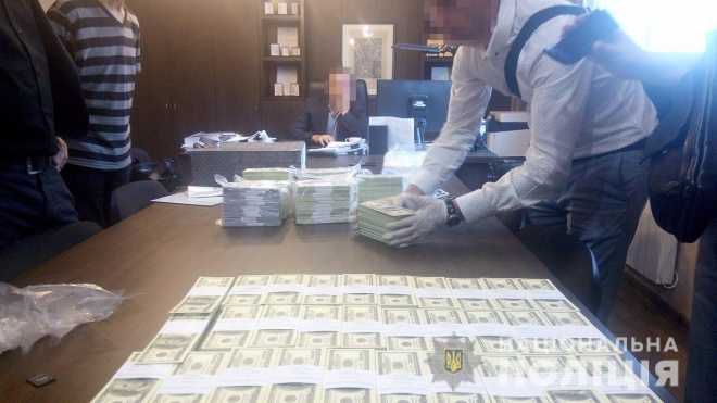 Чиновников госучреждения и госпредприятия задержали на взятке в $1,5 млн - фото