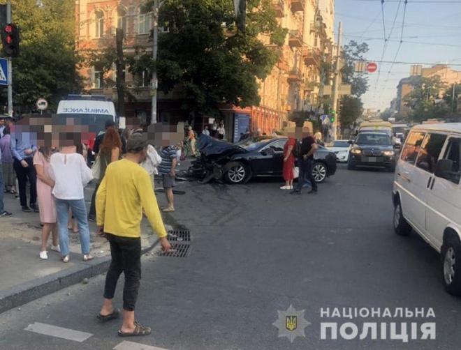 В центре Киева Рейндж влетел в пешеходов после столкновения с Теслой - фото
