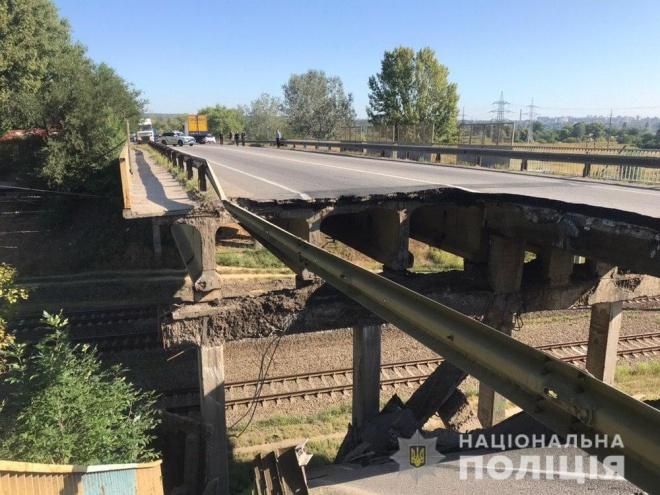 В Харькове обрушился автомобильный мост - фото