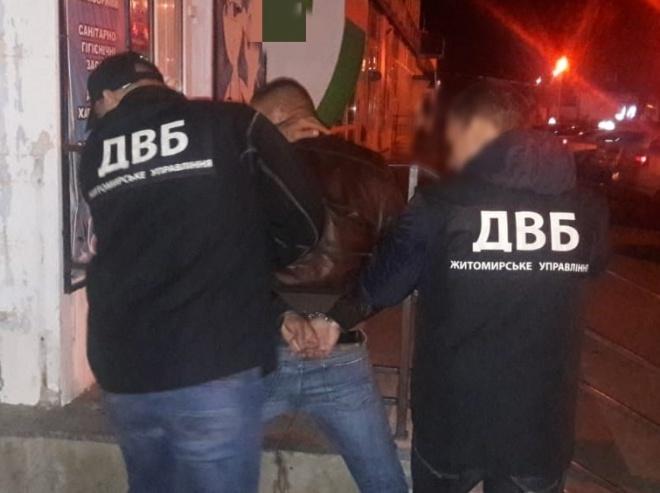 Глава подразделения противодействия наркопреступности организовал схему по распространению наркотиков - фото