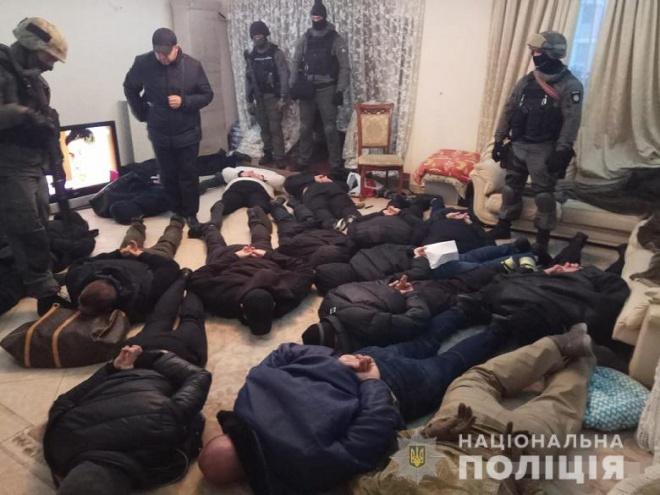 Почти двадцать человек в балаклавах пытались захватить столичную квартиру - фото