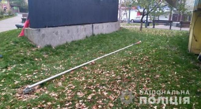 Под Киевом пьяный россиянин повалил флагшток с флагом ОУН - фото