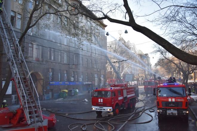 Масштабный пожар в Одесском колледже: есть погибший и пострадавшие - фото