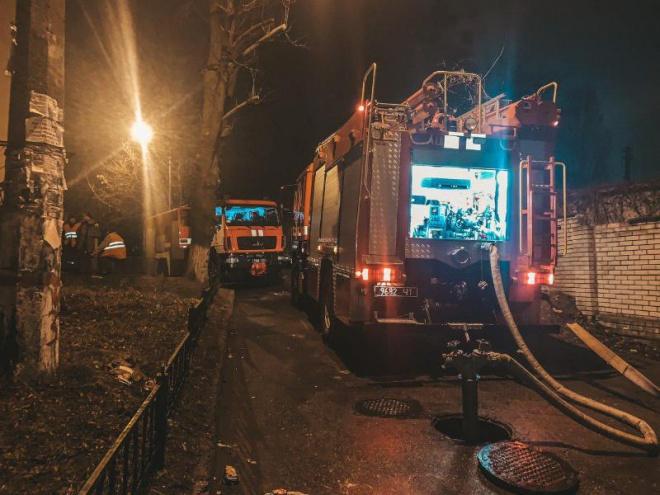 Ночью в Киеве горело общежитие НАУ, эвакуировали 300 студентов - фото
