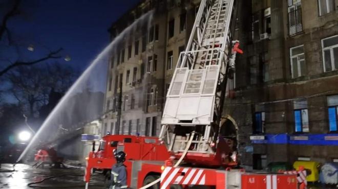 Продолжается тушение пожара в одесском колледже - фото