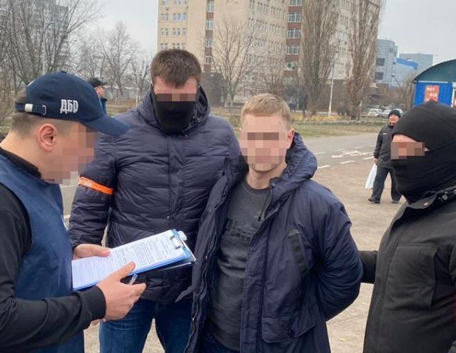 Еще одного полицейского из Деснянского управления задержали за вымогательство - фото